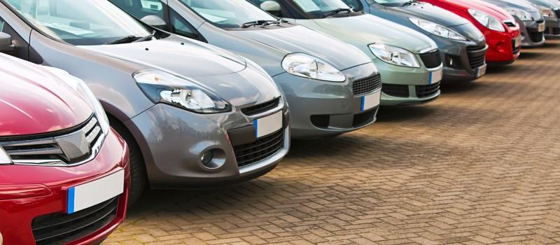 række af biler til salg