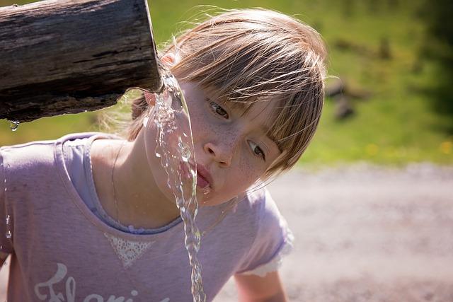 pige der drikker vand