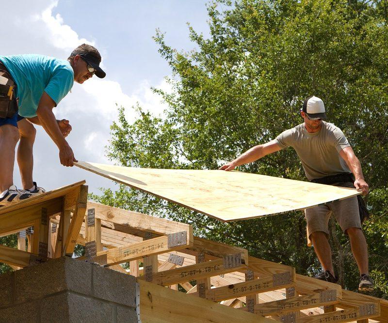 tømrer laver tag
